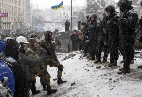 shutterstock_172517531_ukraine_maidan_soldiers